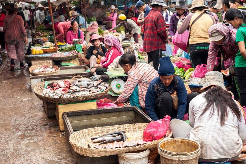 购物在传统地方市场的高棉人 免版税库存照片