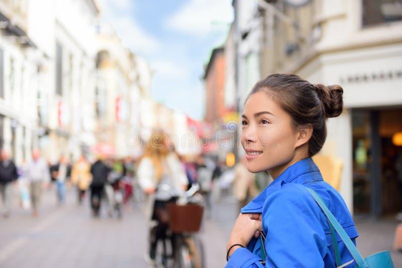 购物在哥本哈根街道的妇女生活方式 免版税库存图片