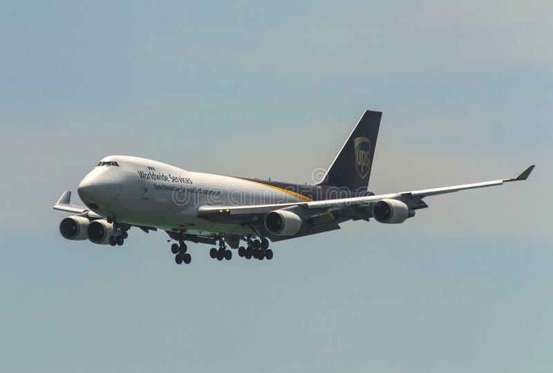 货物在天空的飞机飞行 库存图片