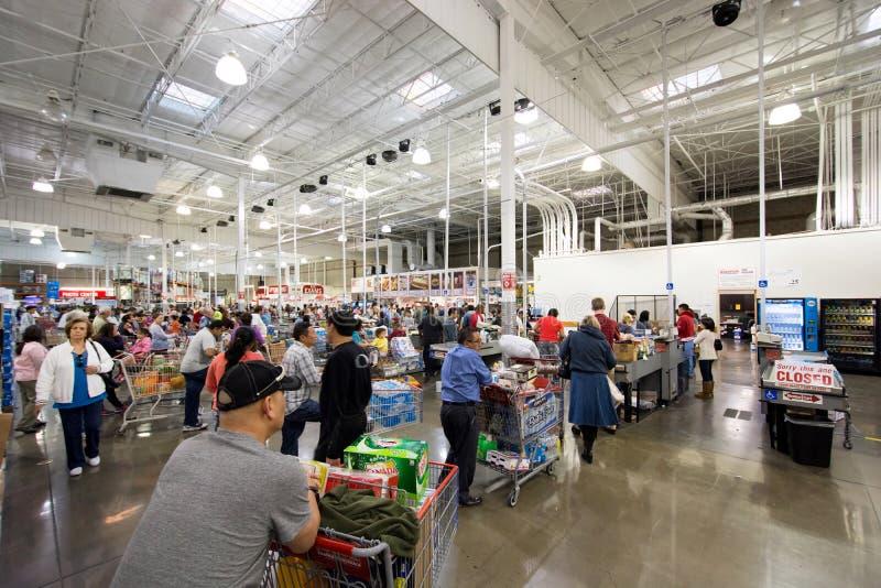 购物在好市多的人们 库存图片