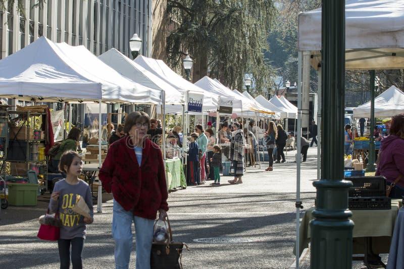 购物在波特兰农夫市场上的人们 免版税库存图片