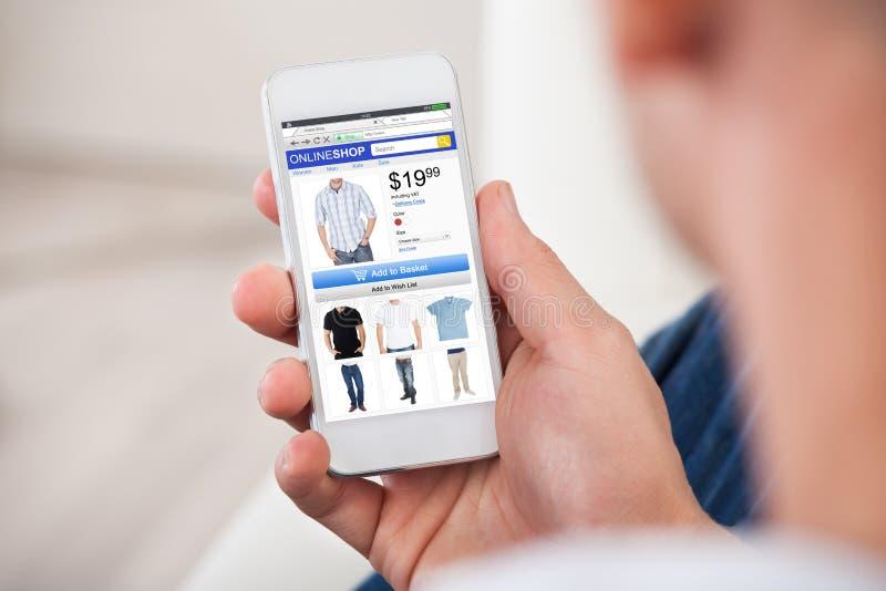 购物在网上在智能手机的人特写镜头 库存照片