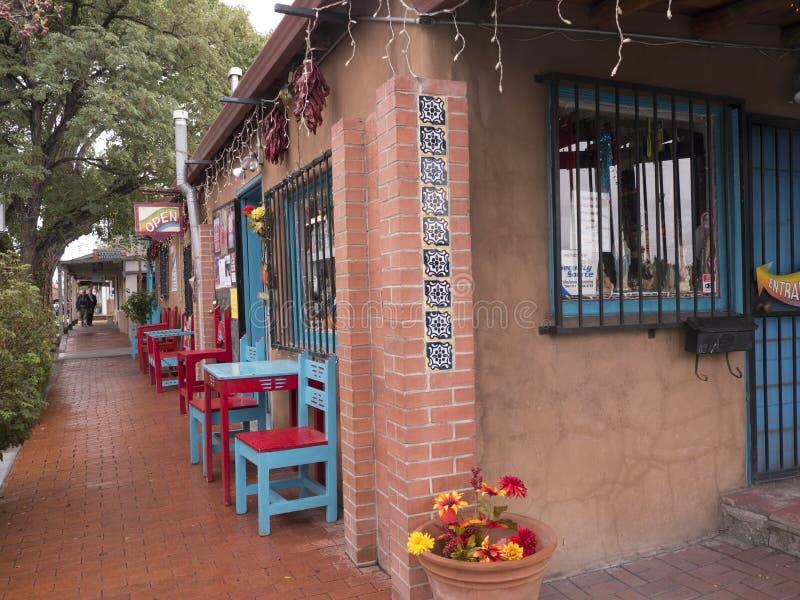 购物在老镇有画廊的亚伯科基在新墨西哥美国 免版税图库摄影