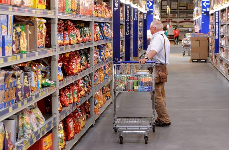 购物在超级市场的人们 库存图片