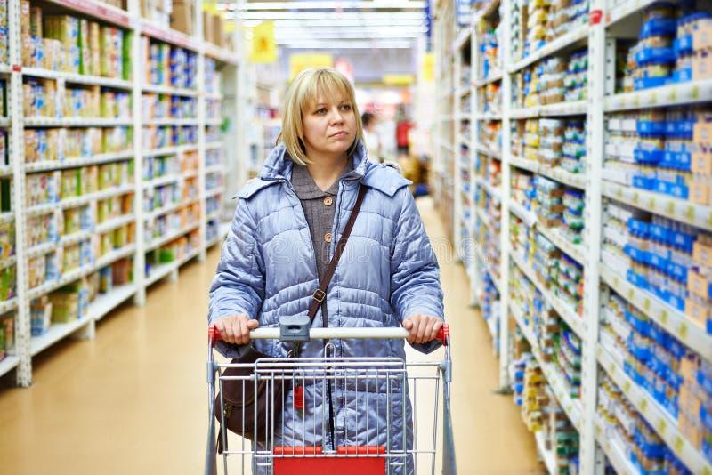 购物在超级市场的妇女 免版税库存图片