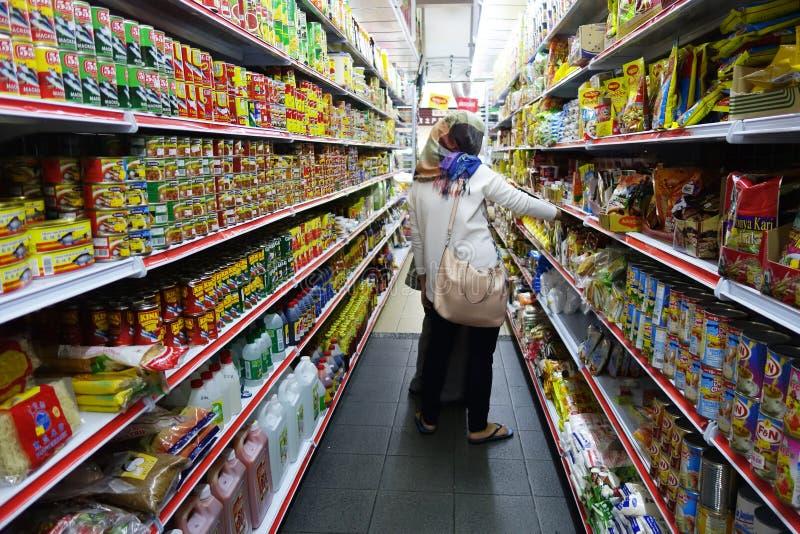 购物在超级市场的少妇 免版税库存图片