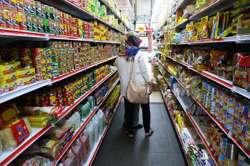 购物在超级市场的少妇 免版税库存照片