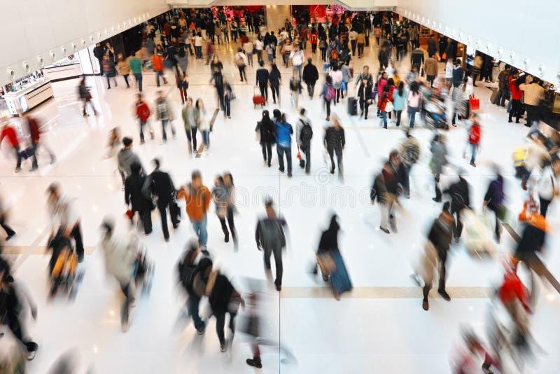 购物在零售购物中心的人们 免版税图库摄影