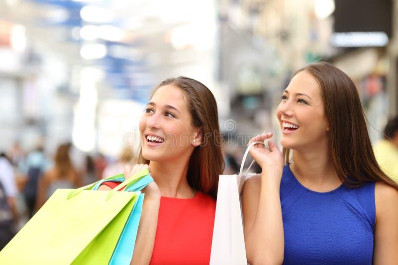 购物在购物中心的两个朋友 免版税图库摄影