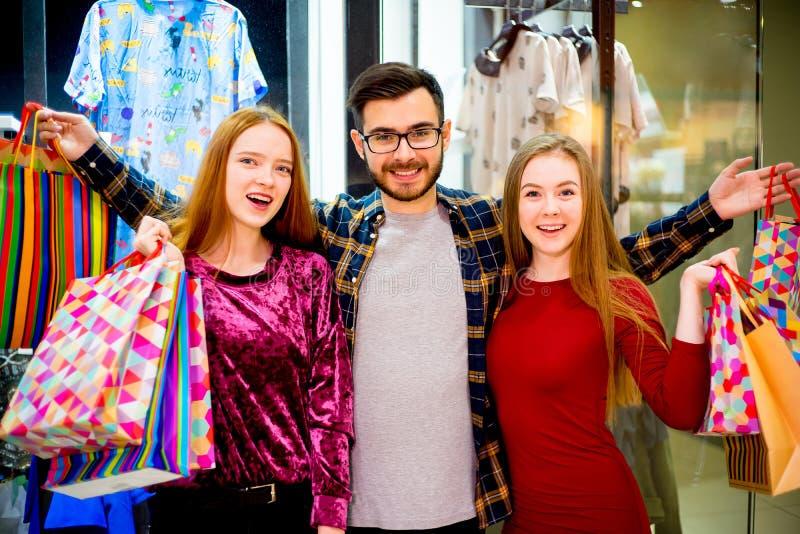 购物在购物中心的朋友 免版税库存照片