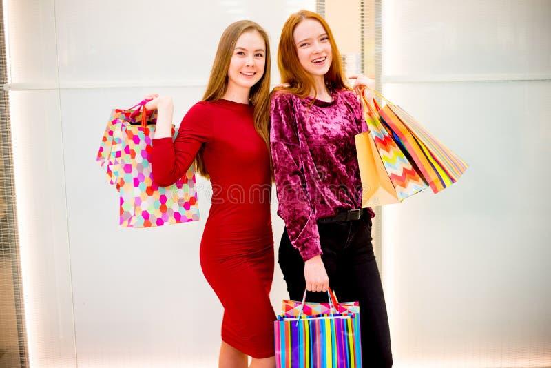购物在购物中心的朋友 图库摄影