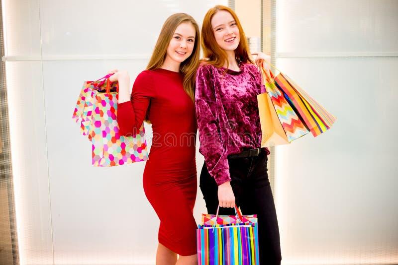 购物在购物中心的朋友 库存照片