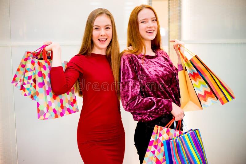 购物在购物中心的朋友 免版税图库摄影