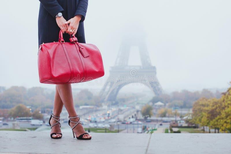 购物在巴黎,时尚妇女在艾菲尔铁塔附近 免版税图库摄影