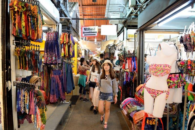 购物在Jatujak市场上,曼谷,泰国 库存照片