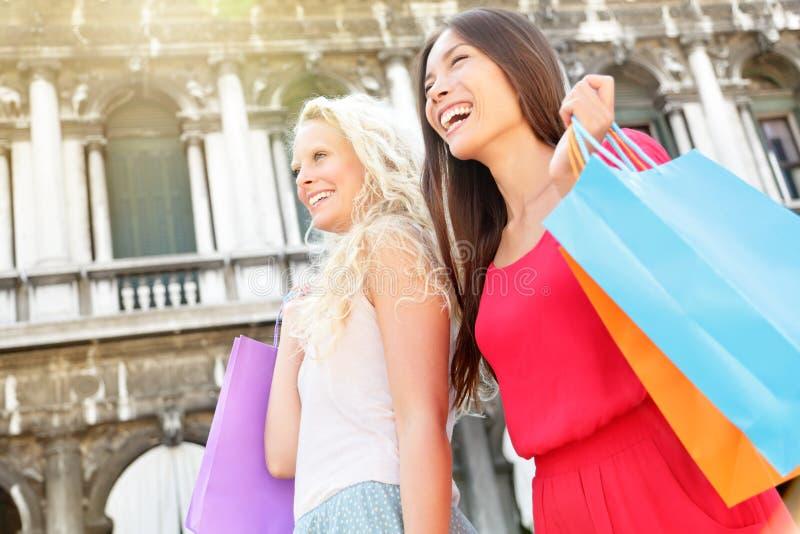 购物妇女愉快的举行的购物袋,威尼斯 库存照片