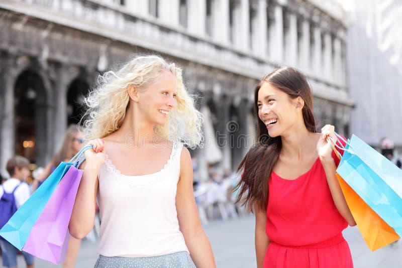 购物妇女愉快的举行的购物袋,威尼斯 免版税库存图片