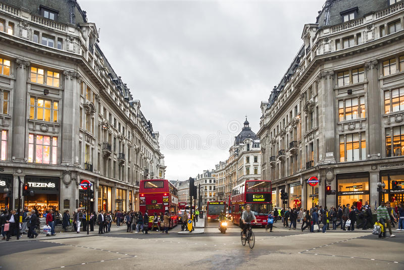 购物时间在牛津街,伦敦 免版税库存图片