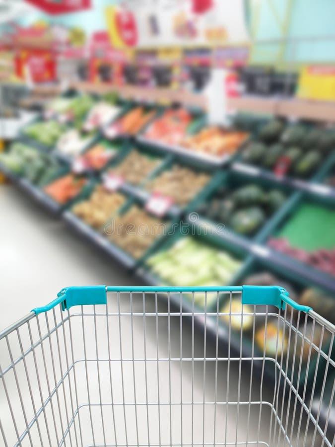 购物有些水果和蔬菜在超级市场 免版税库存图片