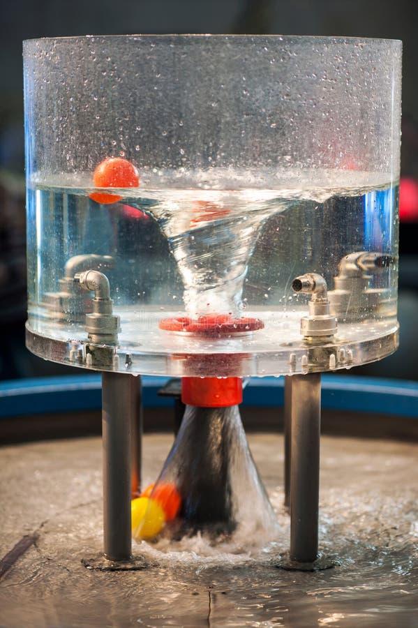 物理学在塑料瓶的水漩涡 库存照片