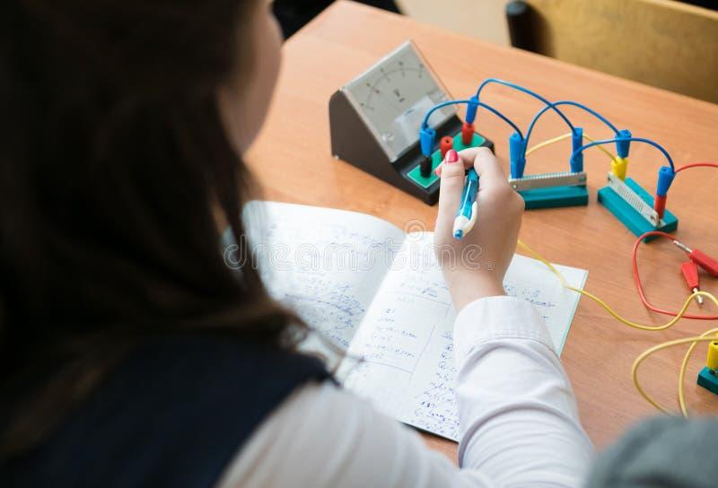物理教训的女小学生 免版税库存图片