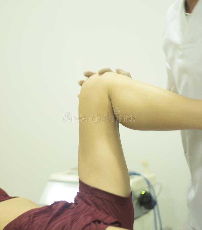 物理疗法整骨疗法生理治疗师 免版税库存照片