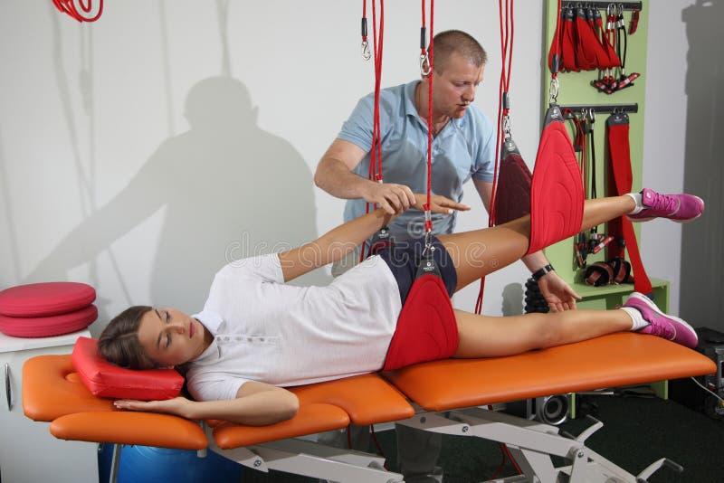 物理疗法:行使在痛苦的生理治疗师治疗监督下在脊椎w的 免版税库存图片