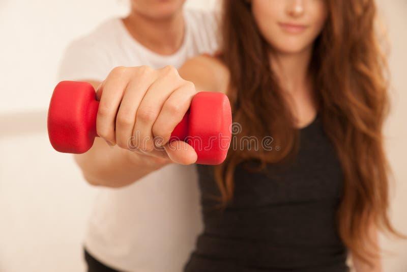 物理疗法-做与治疗师的少妇臂跑 免版税库存图片