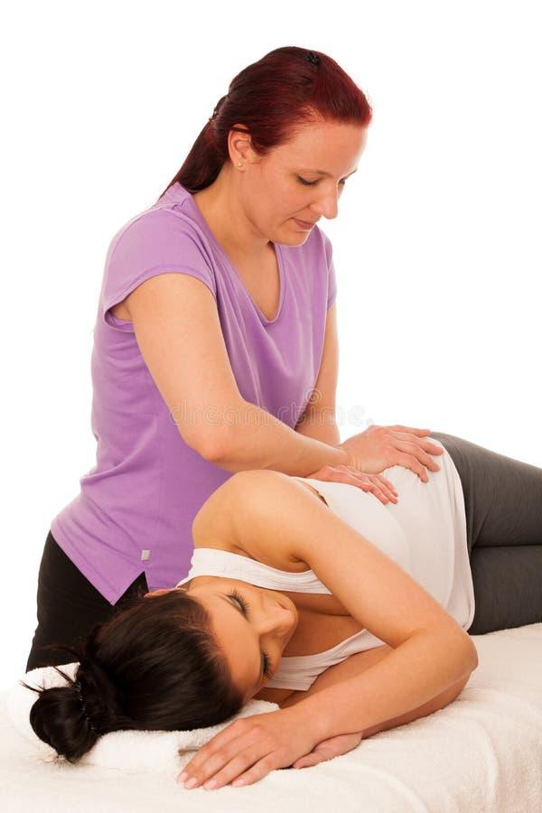 物理疗法- excercising与患者的治疗师,工作在b 免版税库存图片