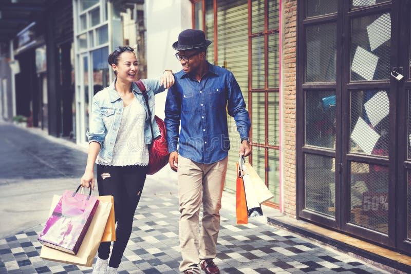 购物的夫妇户外商店生活方式概念 免版税库存图片