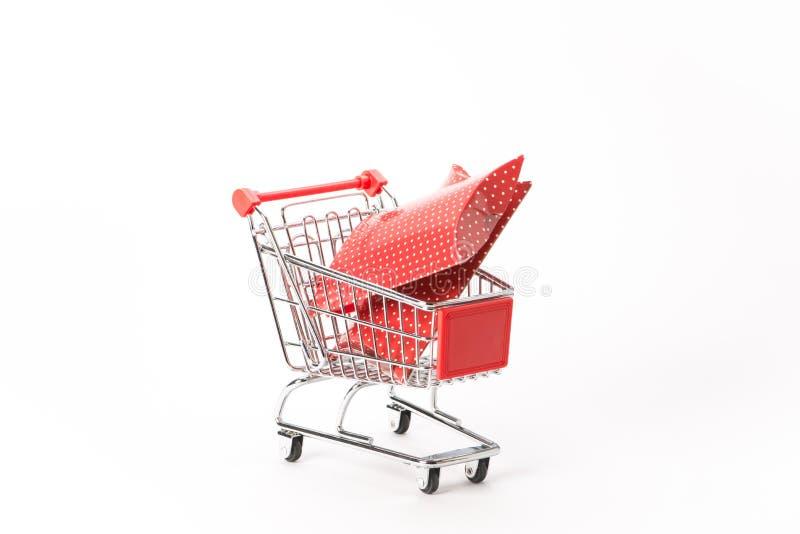 购物的小型运车与礼物 免版税库存图片