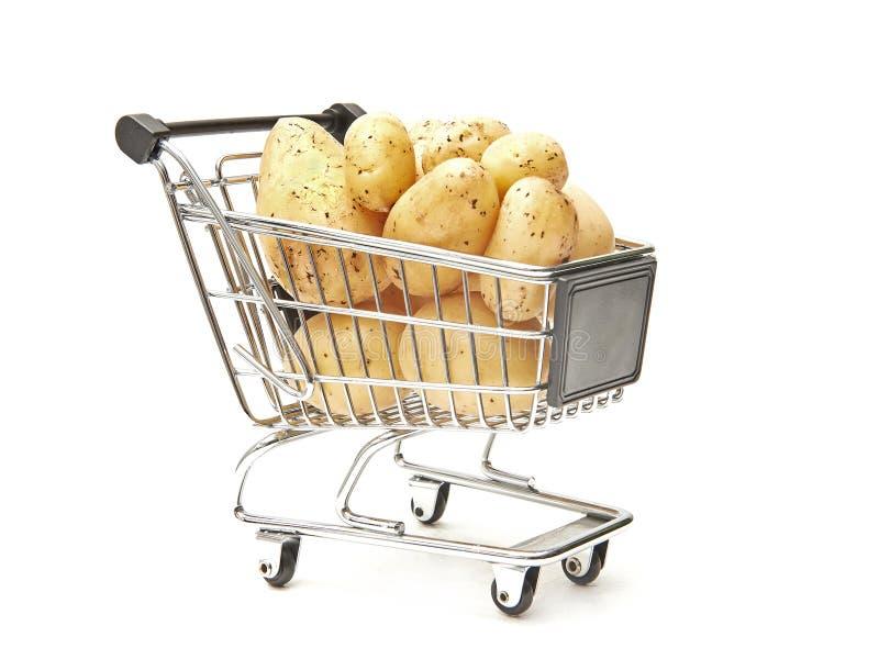 购物车充满土豆 免版税库存照片