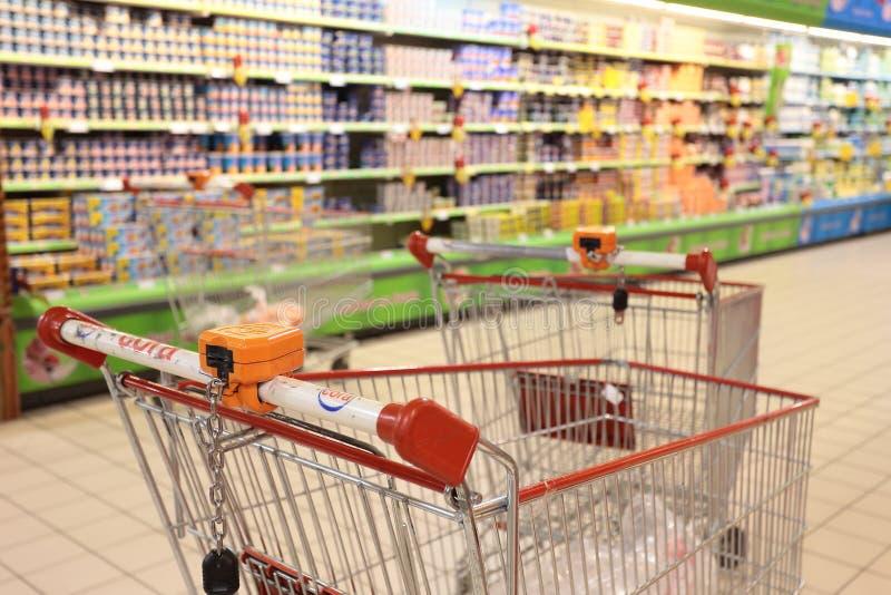 购物车在超级市场 免版税图库摄影