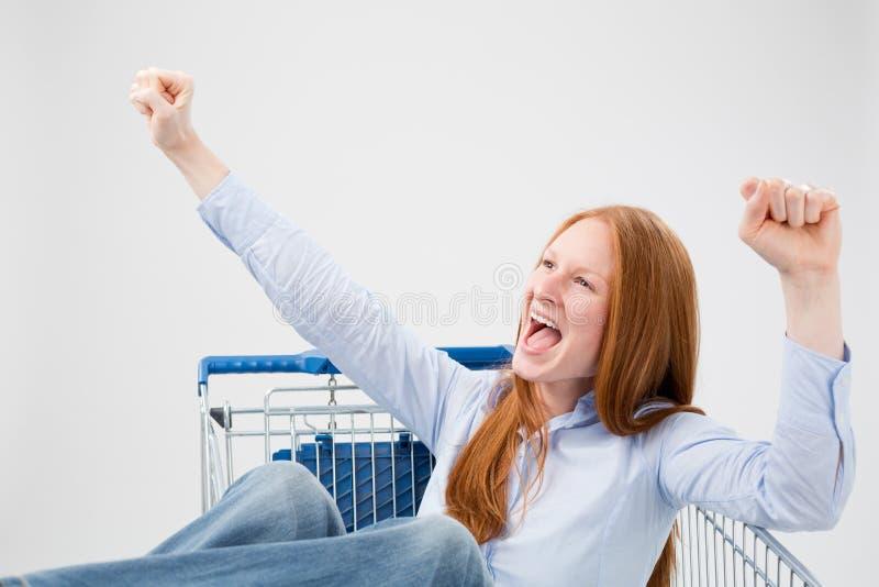 购物车的愉快的妇女 免版税库存图片