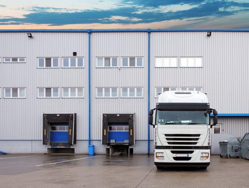 货物运输-卡车在仓库里 免版税库存图片