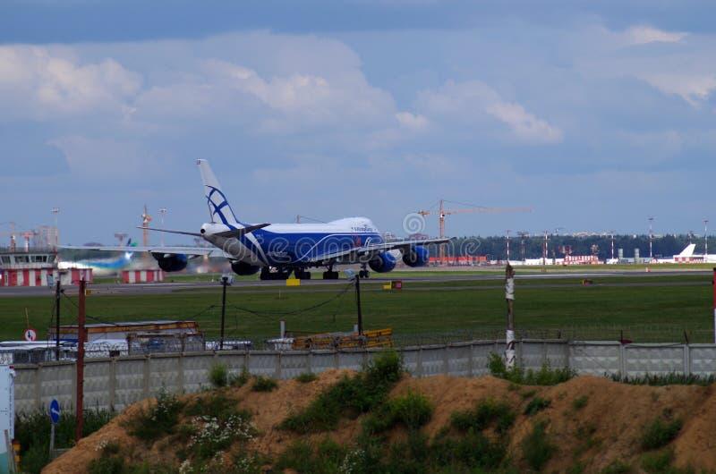 货物飞机着陆在sheremetevo机场 免版税库存照片