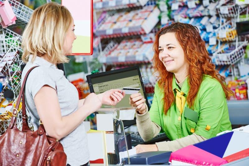 购物 在超级市场商店检查 免版税库存照片