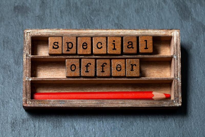 特价优待促进海报 3d背景概念节假日使销售额空白 葡萄酒箱子、木立方体与老牌信件和红色铅笔 图库摄影