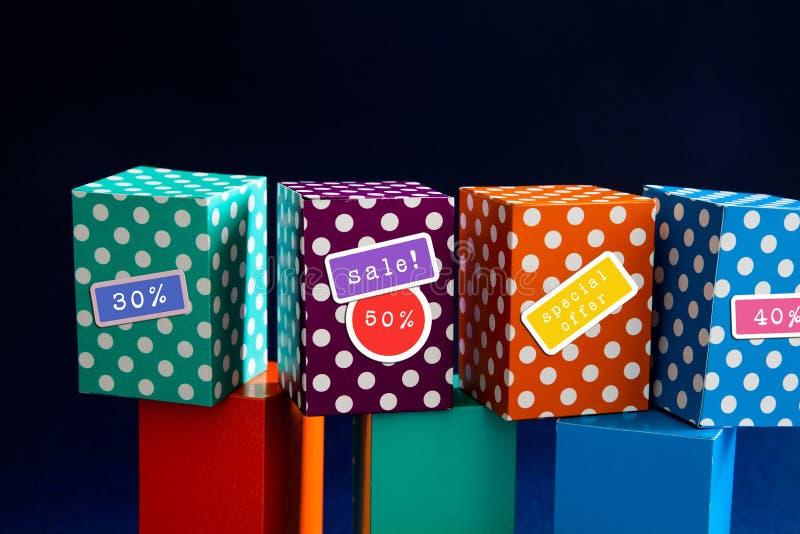 特价优待大销售折扣促进海报 有折扣贴纸的明亮的颜色盒 免版税库存图片