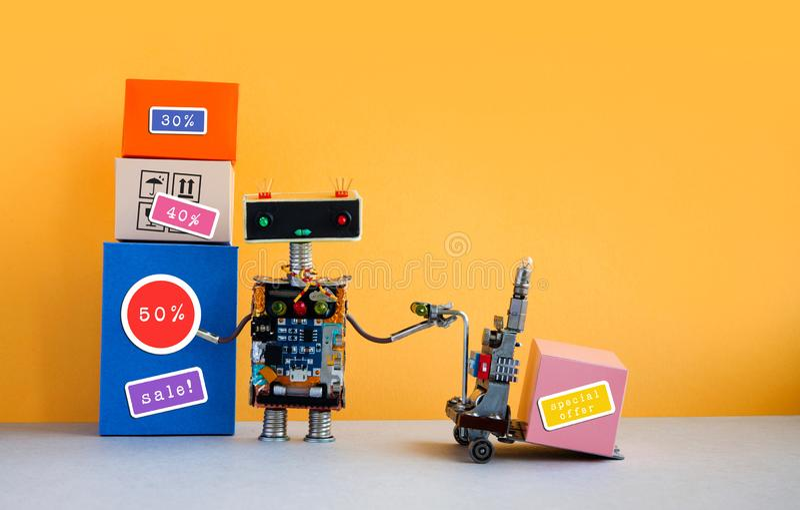特价优待大销售折扣促进海报 有购物车和箱子的,折扣广告滑稽的机器人 免版税库存图片
