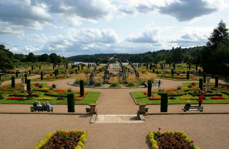特伦瑟姆庄园的意大利花园。在特伦特河畔斯托克附近的Trentham Estate酒店,有一座意大利花园,其ç 库存图片