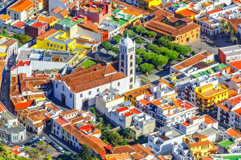 特内里费岛,加那利群岛,西班牙:有圣安娜教会的美丽的镇概要  库存照片