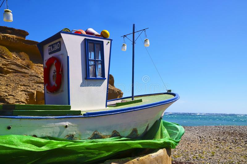 特内里费岛,加那利群岛,西班牙- 3月15,2019:Tajao村庄看法有传统老木渔船的在多岩石的海滩 免版税库存图片