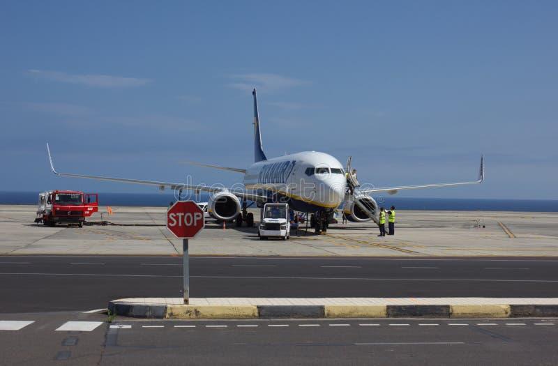 特内里费岛,西班牙- 2014年7月16日:瑞安航空公司飞机加油得近 库存照片