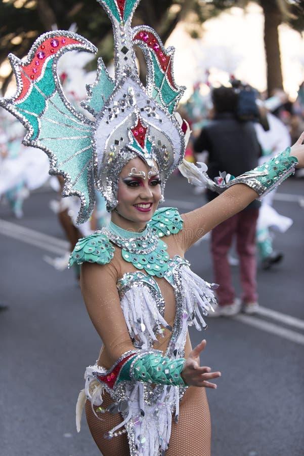 特内里费岛, 2月9日:字符和小组在狂欢节 库存图片