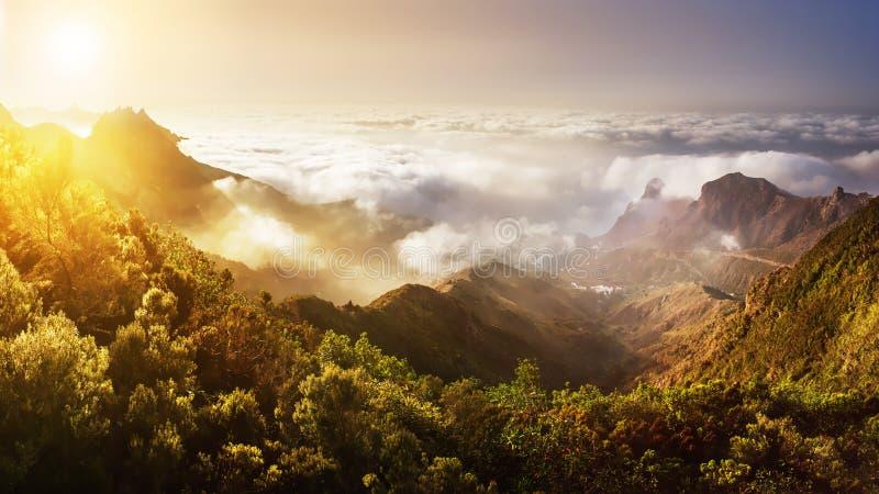 特内里费岛 在云彩上的山日落 地区莫斯科一幅全景 库存照片