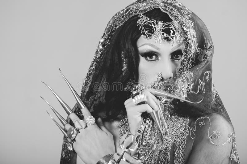 特写妇女在传统印度衣物穿戴了,极端长期沉重装饰在与典雅的面纱的金子, 库存图片