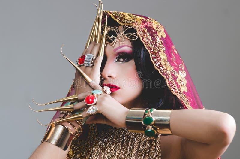 特写妇女在传统印度衣物穿戴了,极端长期沉重装饰在金子和典雅的面纱, 免版税库存图片