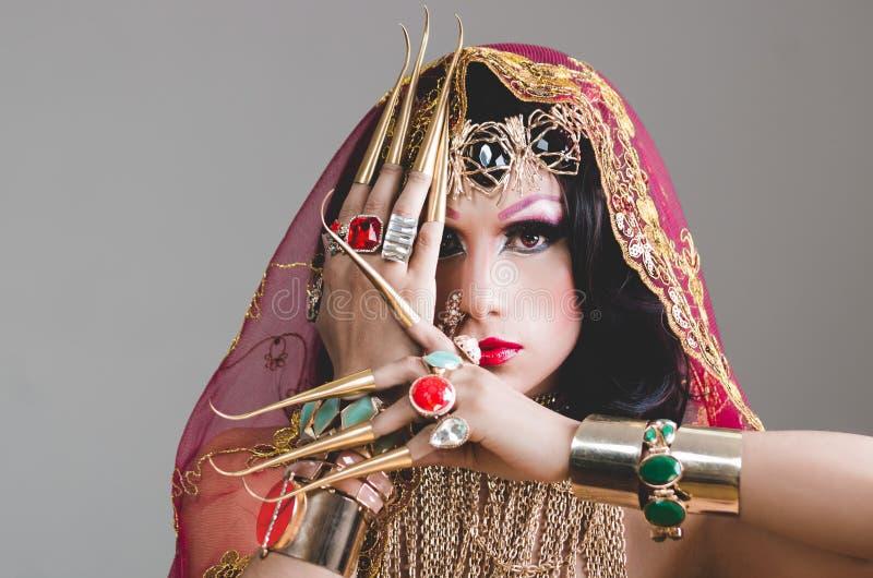 特写妇女在传统印度衣物穿戴了,极端长期沉重装饰在金子和典雅的面纱, 免版税图库摄影