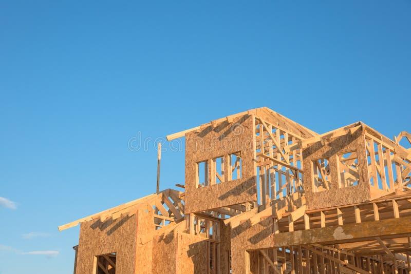特写镜头三角形屋顶木房子建筑. 构成, 属性.图片
